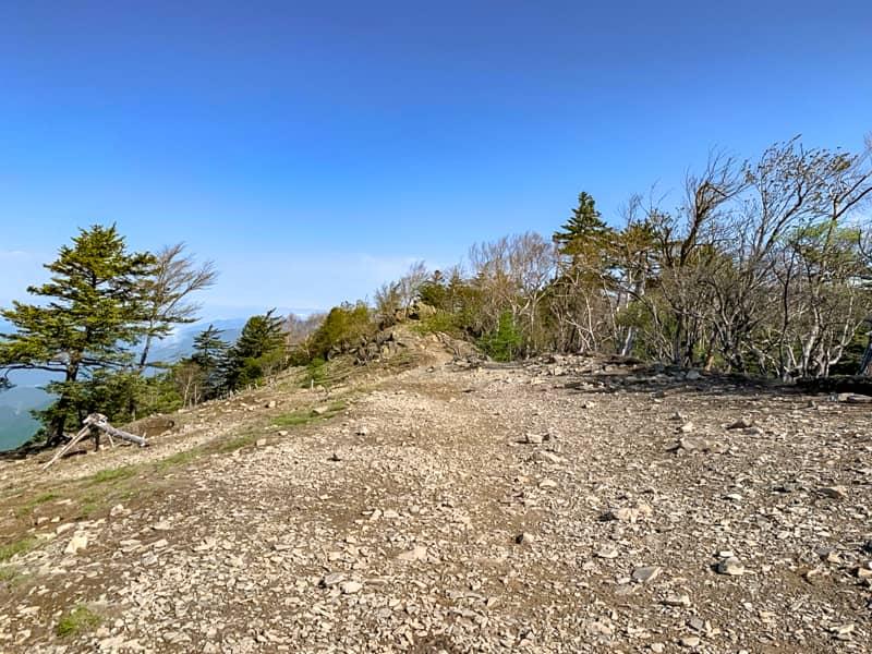 稜線の終わりの「雷岩」まではあと少しです