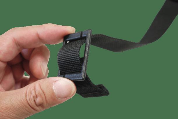 紐の端を小さい方の穴に通す