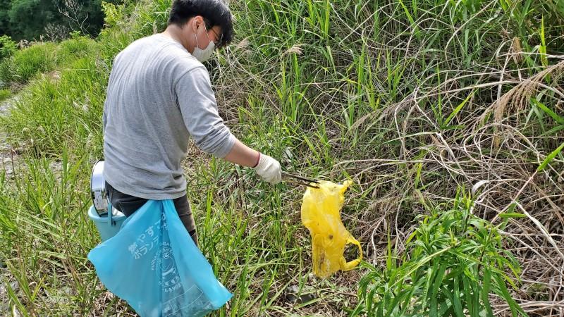 草むらに捨てられていたビニール袋