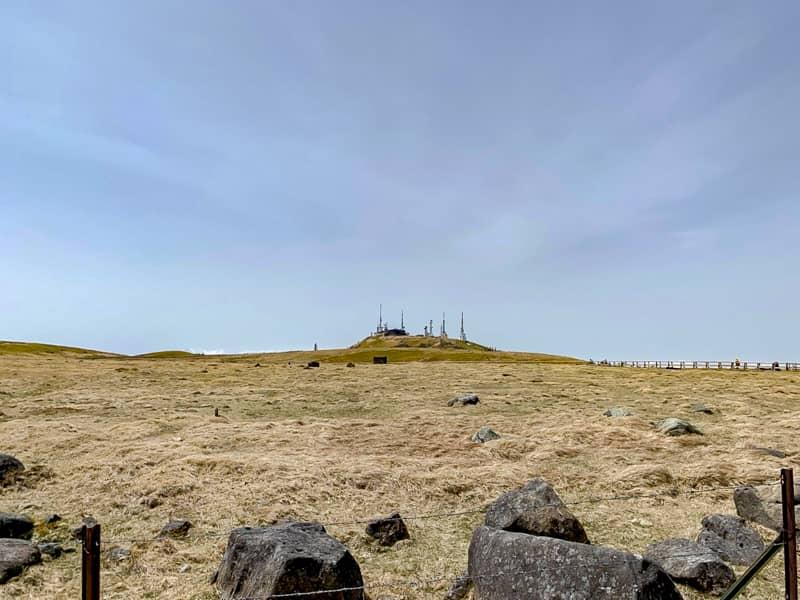 遠くに見える「王ヶ頭」は、まるで要塞