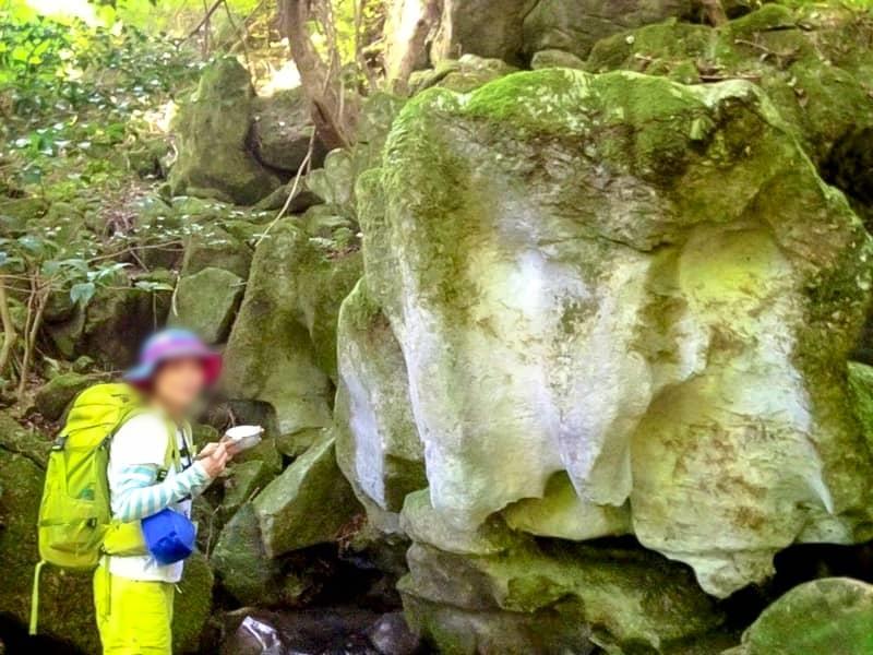 こうぞう岩の湧水で一休み