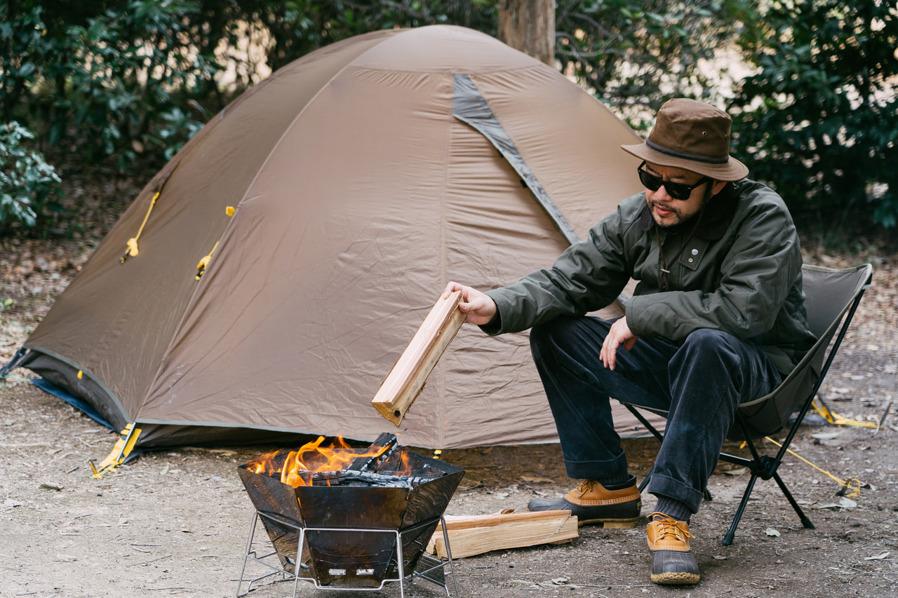 ソロキャンプを楽しむ男性