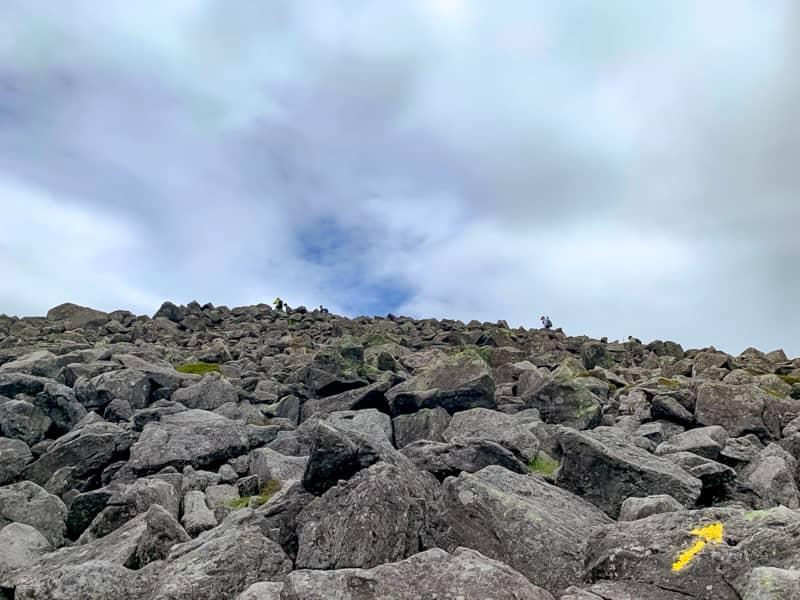 山頂までは蓼科山荘ヒュッテまで迂回をするのが正しいルートなのですが