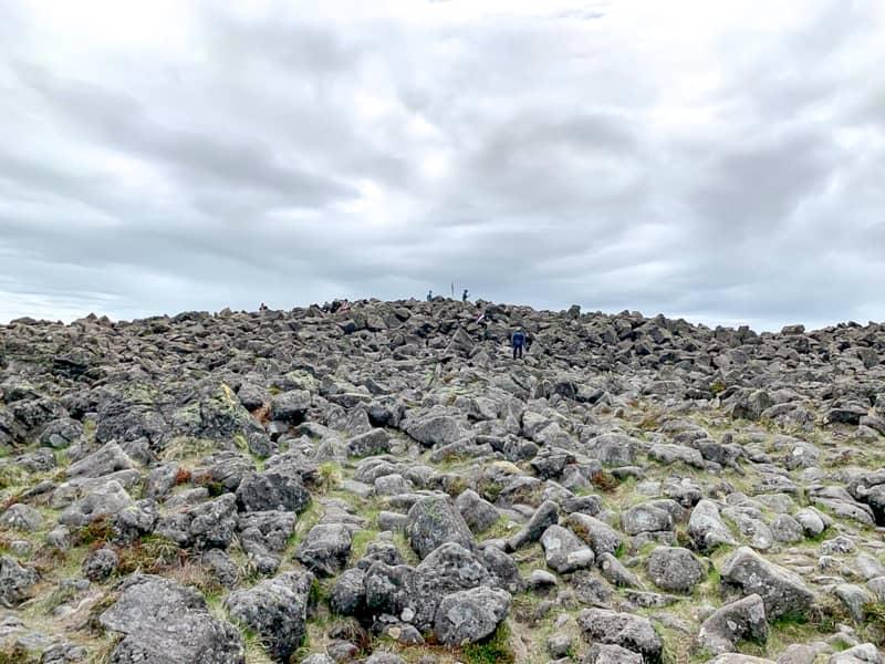 広大な山頂に岩場が広がる独特な風景