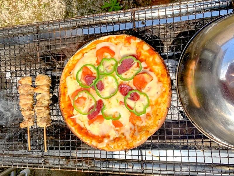 庭でピザと焼き鳥