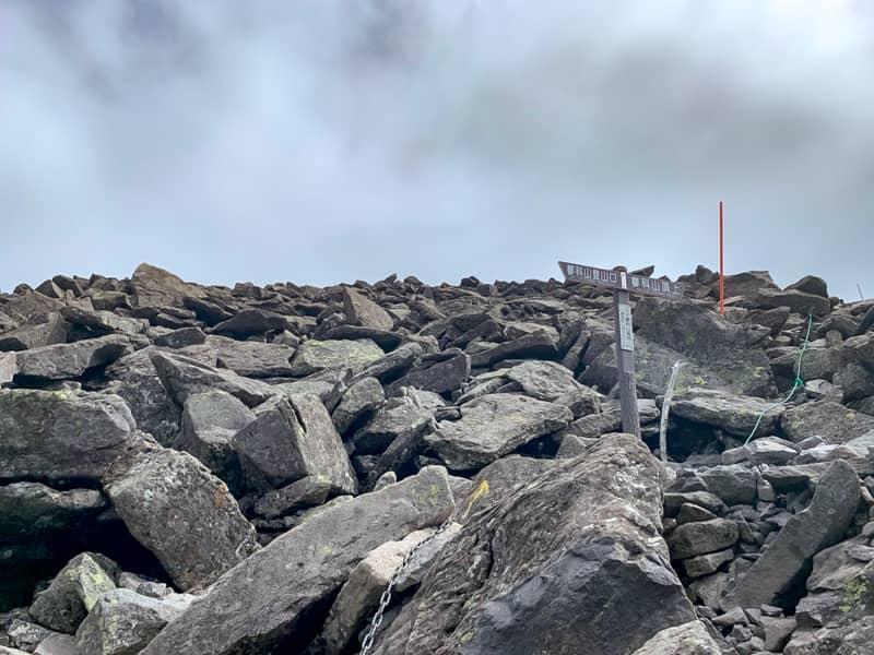 蓼科山山頂を目指す