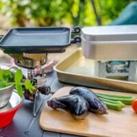 キャンプで必要な料理道具26選!定番キッチン用品からキャンプ感満載ギアまでご紹介