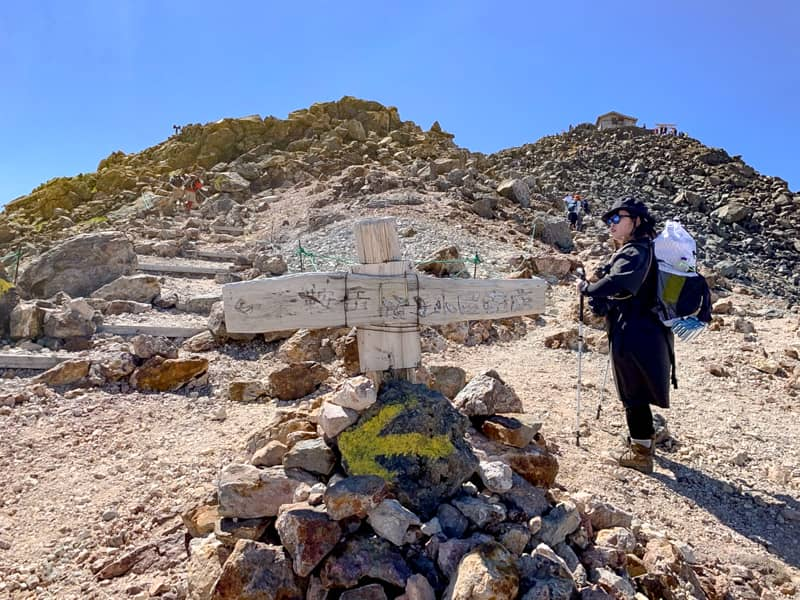 山頂手前の岩だらけの急登に差し掛かるところで