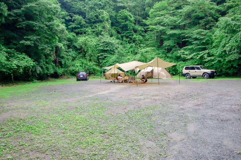 林に囲まれた林間サイトで