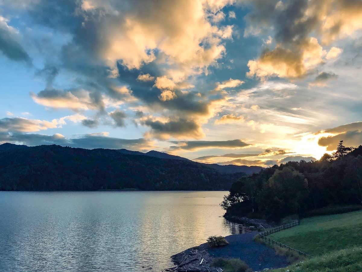 まるで別荘!コスパ最強のコテージがある滝里湖オートキャンプ場をご紹介