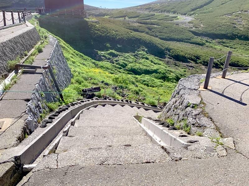 登山届を提出したら脇の階段を下ります