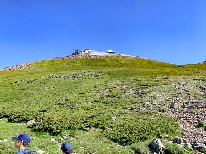 肩の小屋からだと、乗鞍コロナ観測所の建物全体が良く見えます