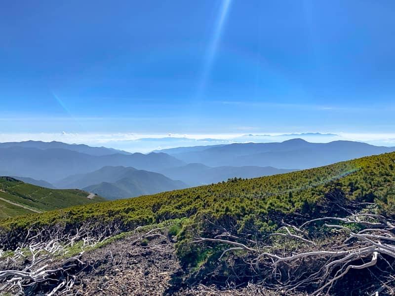 開けた道のりが続くのでアルプスの山々
