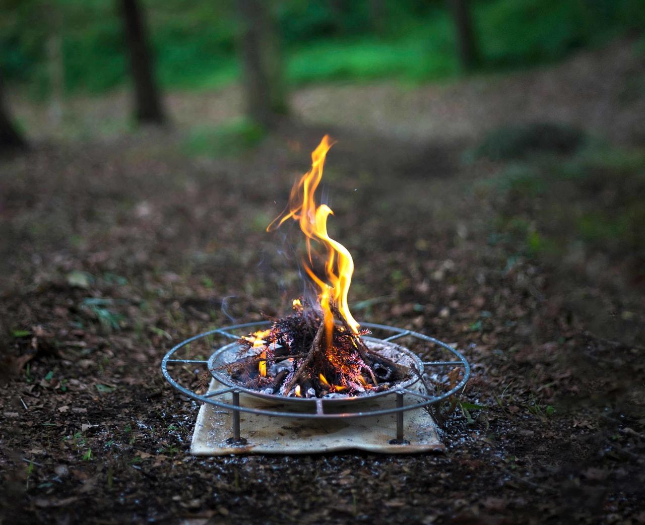 焚火台なのに直火?足元の暖かさにこだわるタキビズムの焚火台に新サイズ登場