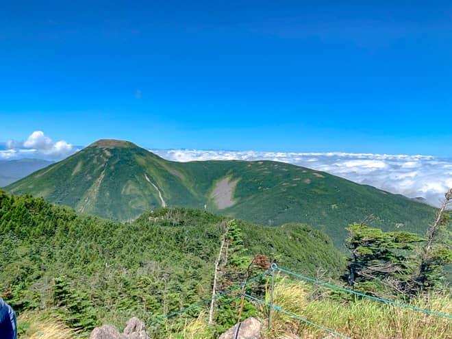 北横岳南峰からも見えた蓼科山が更に大きく見えます