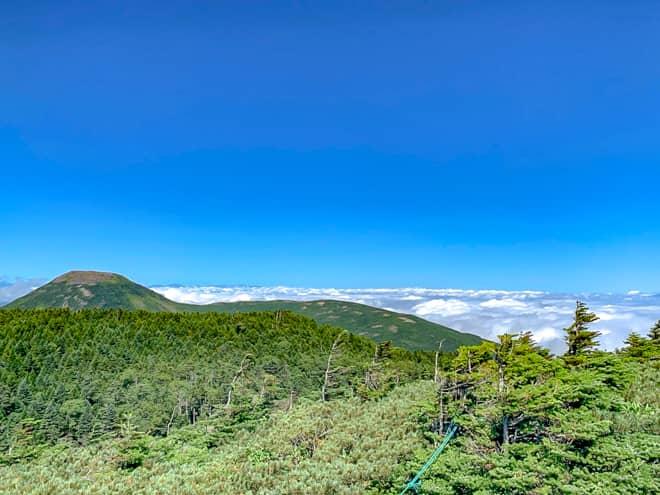 右手からは北八ヶ岳の最北端、蓼科山が目の前に臨みます