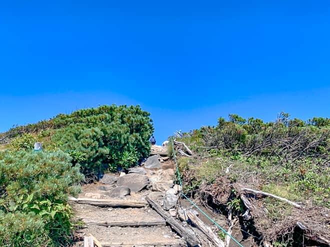 最後の階段を登りきると山頂は目の前です