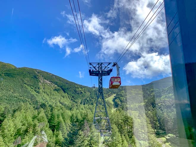 標高1,771メートルの山麓駅から標高2,237メートルの山頂駅まで
