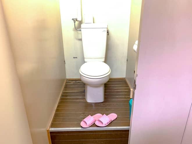 女性専用トイレだけ何故か土足厳禁です