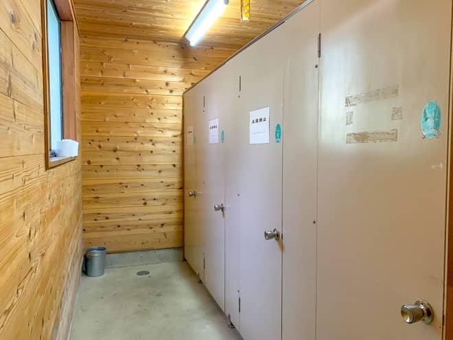 女性用トイレは建物の裏にあり
