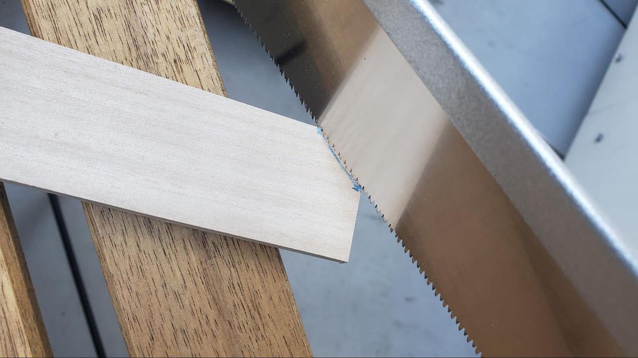 /5344-木の端をのこぎりで切る