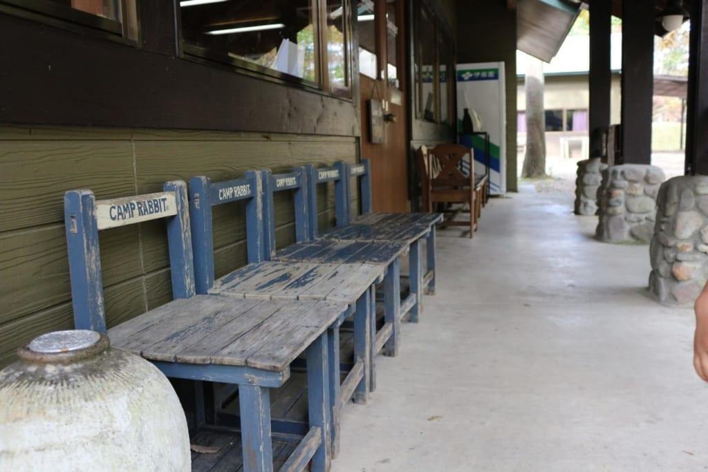 /6152-管理棟前にある手作り椅子-1024x683