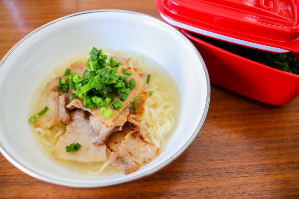 インスタントラーメンが子供も大喜びキャンプ鍋レシピに大変身!