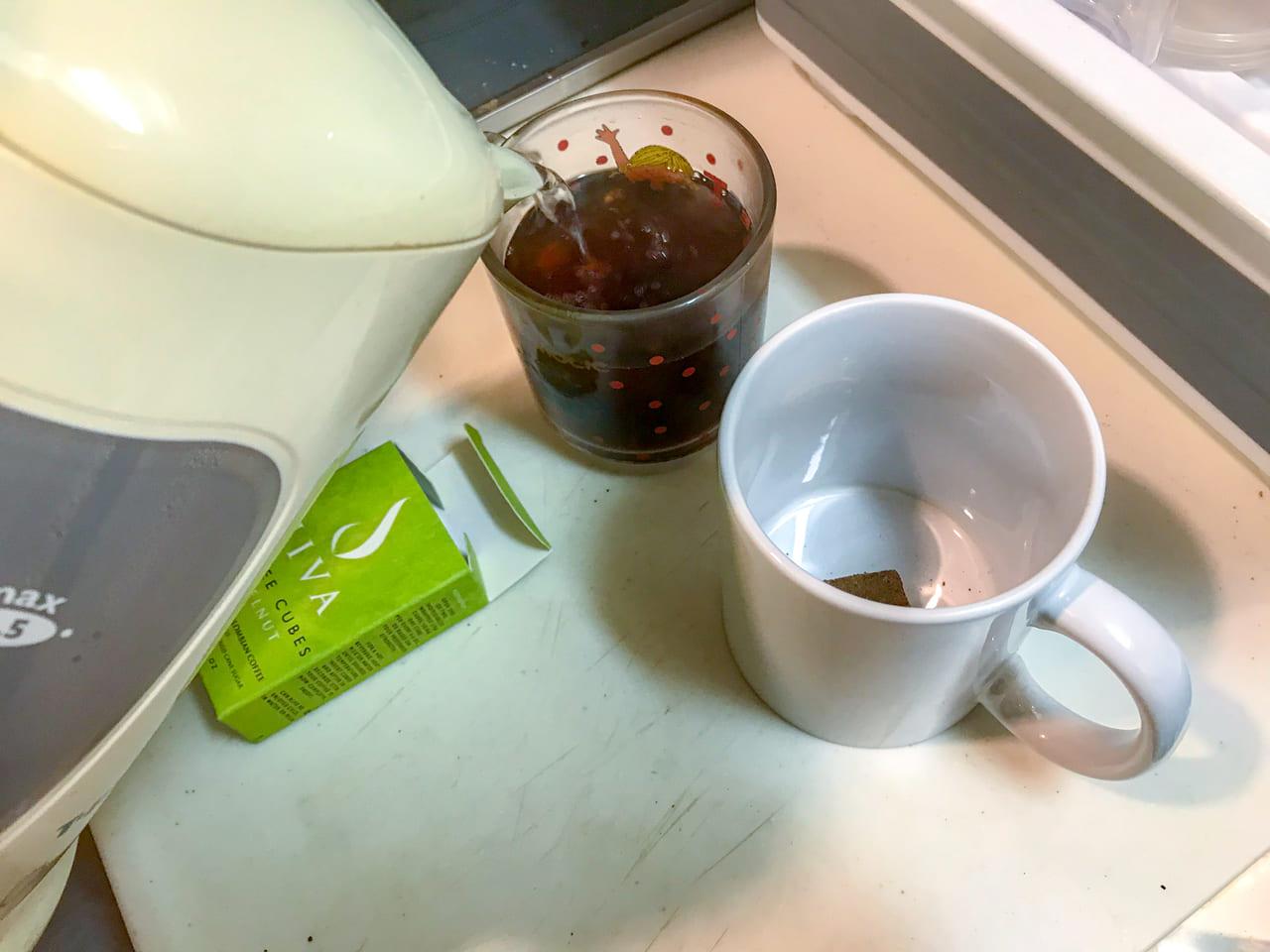 /JIVAのコーヒーキューブをカップに入れてお湯を注ぐ