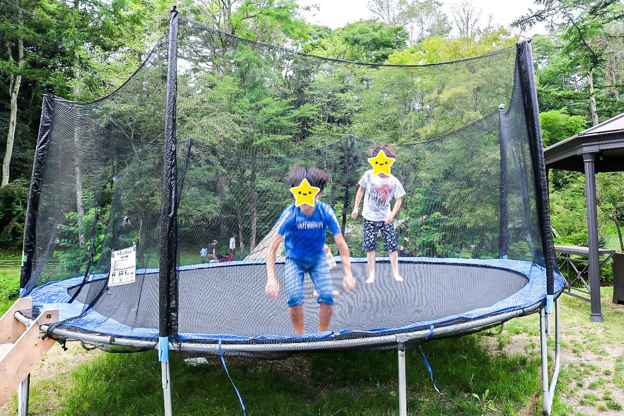 /KARUIZAWA-CAMP-GOLDのトランポリンで遊ぶ子供達