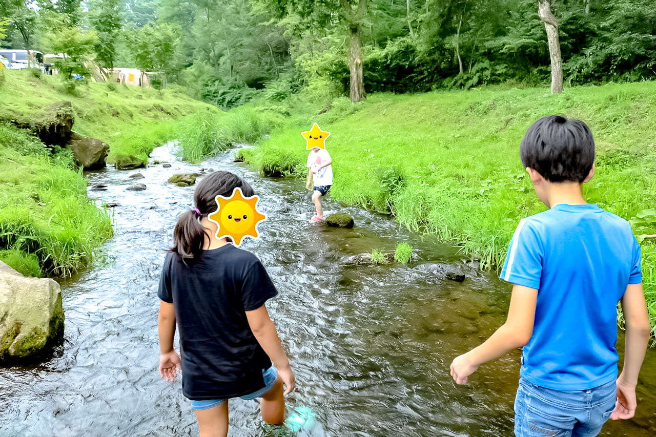 /KARUIZAWA-CAMP-GOLDの小川で遊ぶ子供達