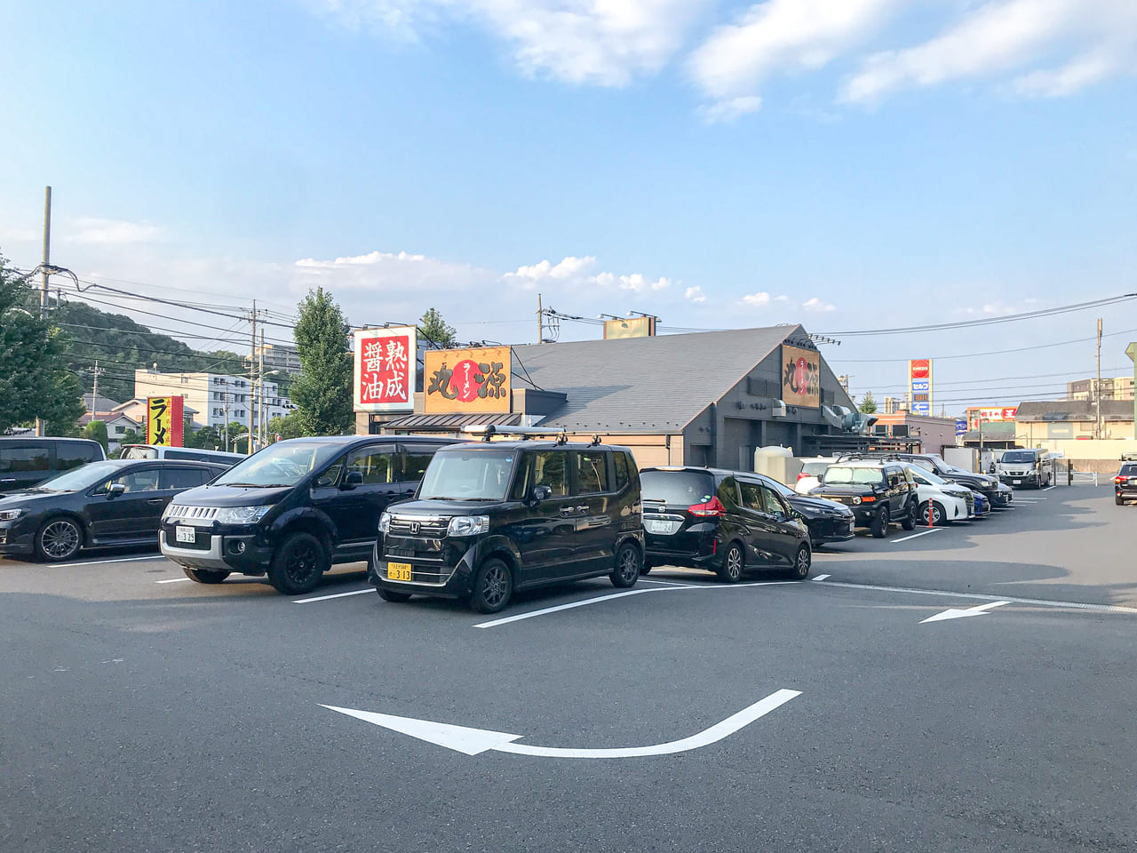 /WILD-1多摩ニュータウン店の駐車場にある丸源ラーメン