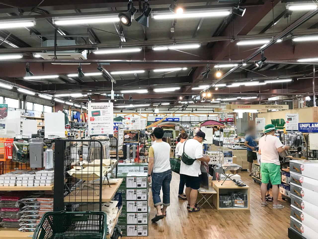 /WILD-1多摩ニュータウン店はフロア面積が広く様々なアイテムが展示されている